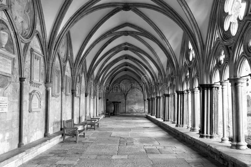 Claustros da catedral de BW Exteriort Salisbúria fotos de stock