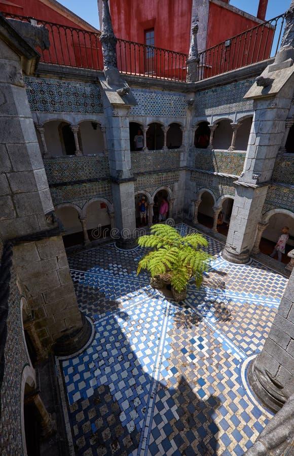 Claustros que rodean la corte interna del monasterio Pena PAL imágenes de archivo libres de regalías