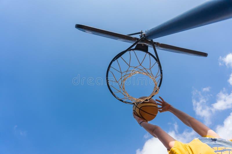 Clavada en baloncesto fotografía de archivo libre de regalías