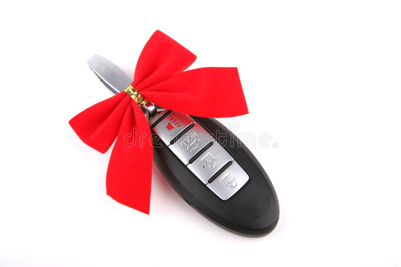 Clave alejado del coche con la cinta roja imagen de archivo libre de regalías