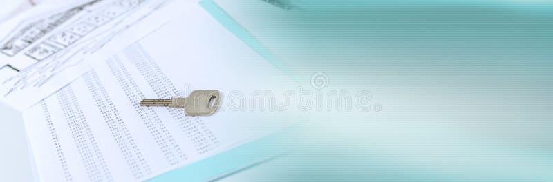 Clave de la casa en un programa de amortización; pancarta panorámica foto de archivo libre de regalías