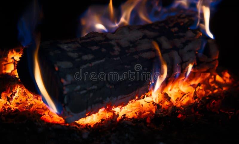 Clave de madera ardiente una estufa imagenes de archivo