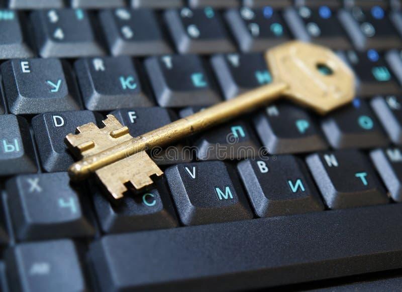 Clave de oro en laptop1 fotos de archivo