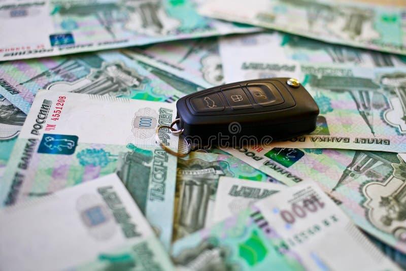 Clave del coche y de mil de rublos fotos de archivo
