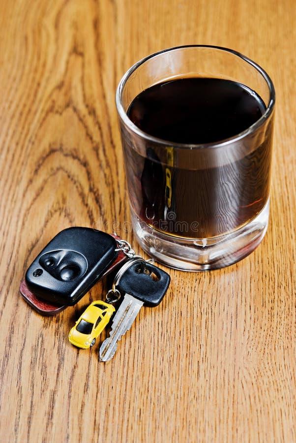 Clave del coche y vidrio del whisky imágenes de archivo libres de regalías