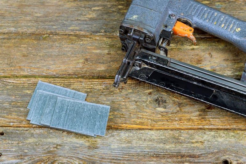 Clave el arma y los clavos en la tabla de madera de pino fotos de archivo libres de regalías