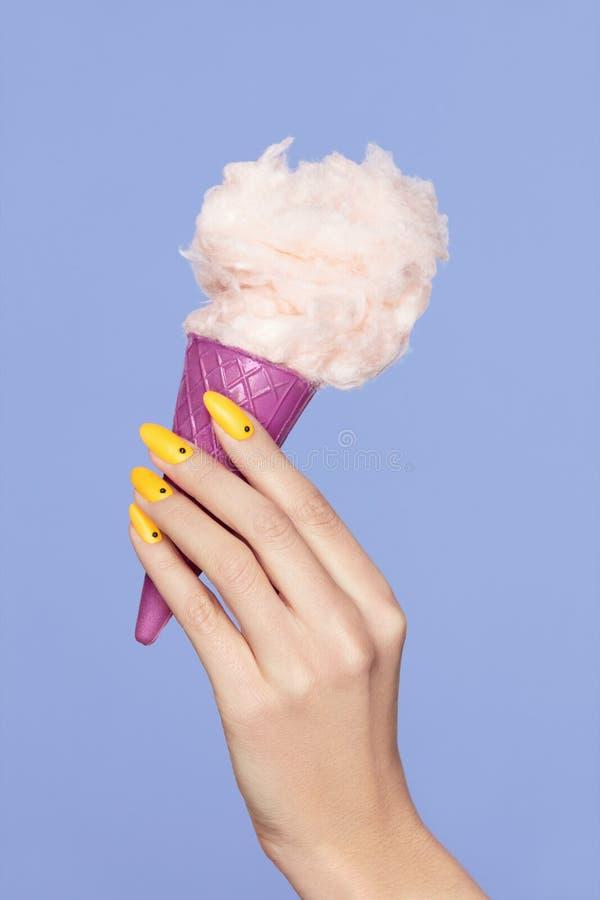 Clave el arte Manos con los clavos y el algodón coloridos Sugar Ice Cream imagenes de archivo