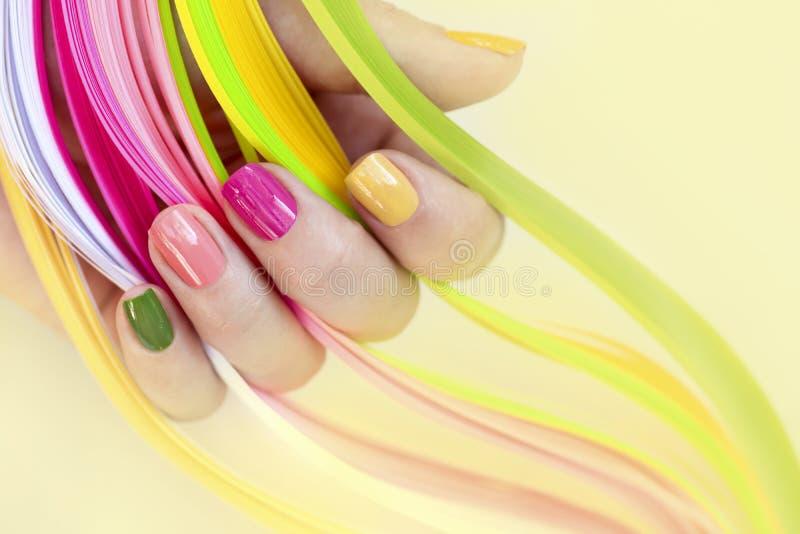 Clave el arte Rosado, verde, amarillo, esmalte de uñas del melocotón fotos de archivo