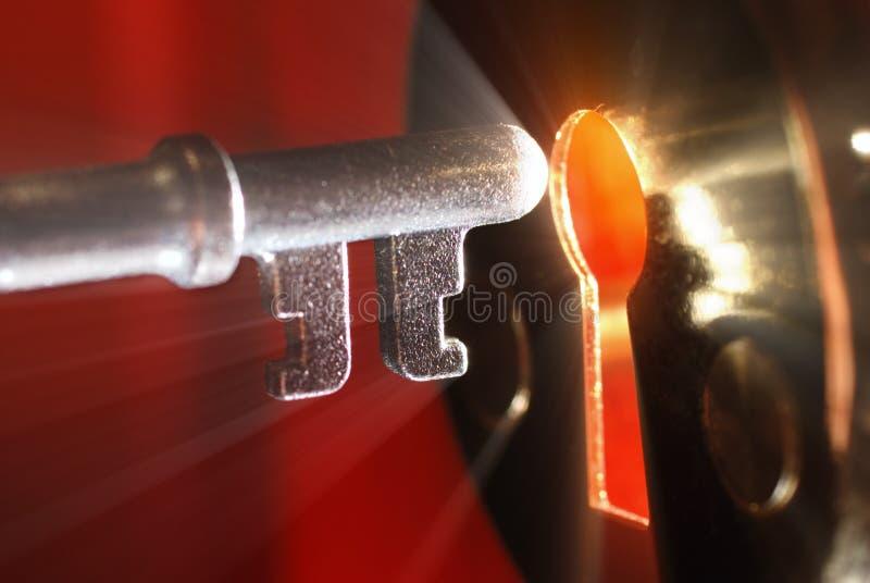 Clave y ojo de la cerradura con la luz imagen de archivo libre de regalías