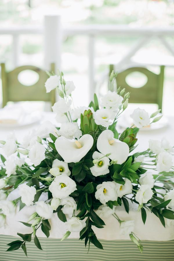 clavel blanco de las flores de las heces de la composición del ramo imagenes de archivo