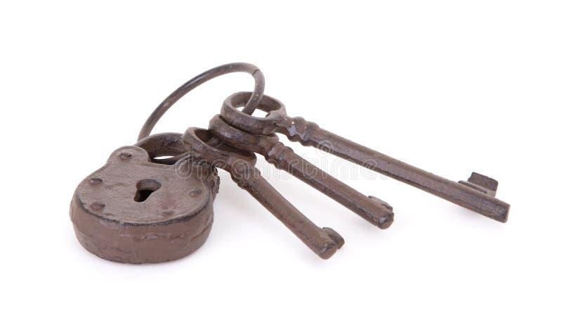 Claves antiguos en un anillo fotos de archivo