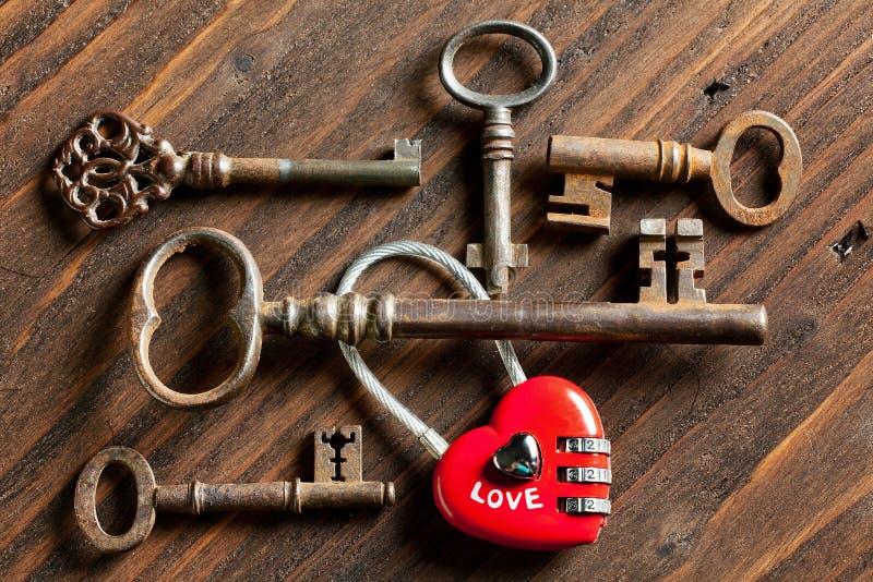 Claves de la tarjeta del día de San Valentín y corazón del candado fotografía de archivo
