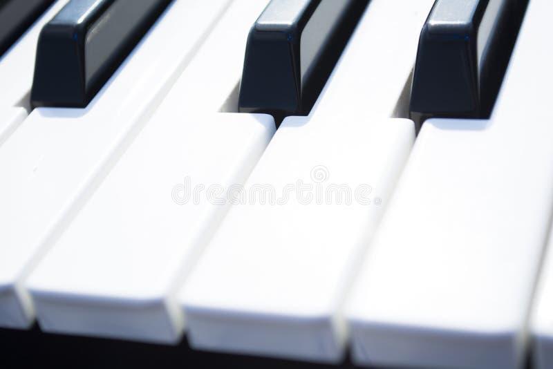 Claves del piano Primer de los claves del piano visión frontal cercana foto de archivo