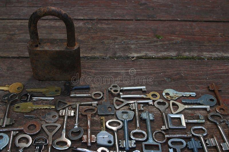 Claves en fondo de madera imagenes de archivo