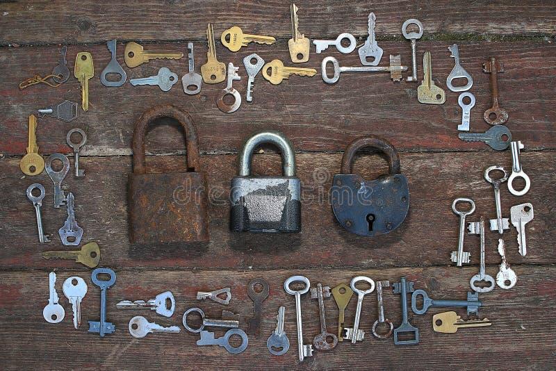 Claves en fondo de madera imagen de archivo
