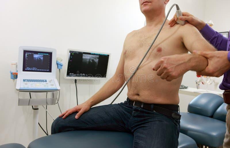clavicule - articulation de l'épaule - diagnostic avec l'ultrason images stock