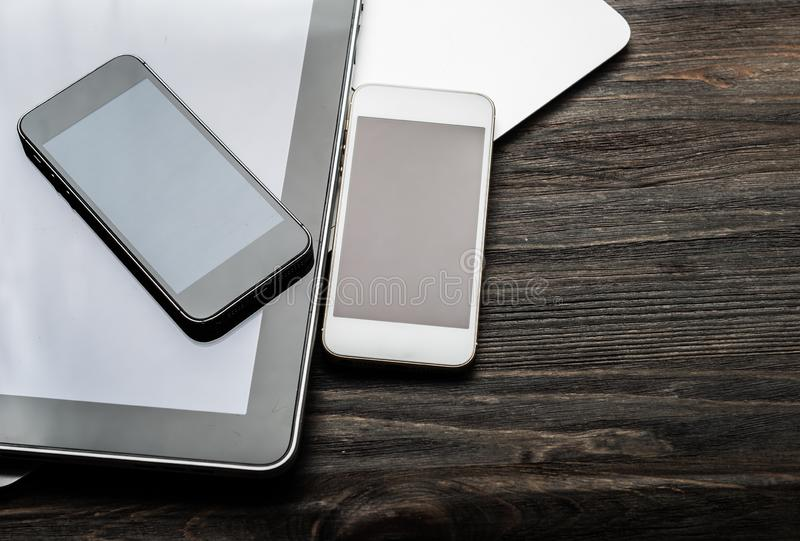 Clavier avec deux téléphones et PCs de comprimé photographie stock libre de droits
