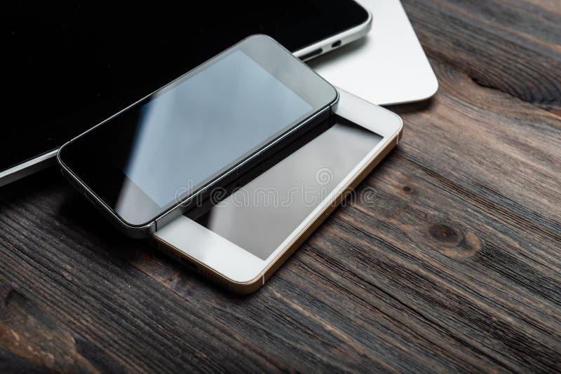 Clavier avec deux téléphones et PCs de comprimé photo libre de droits