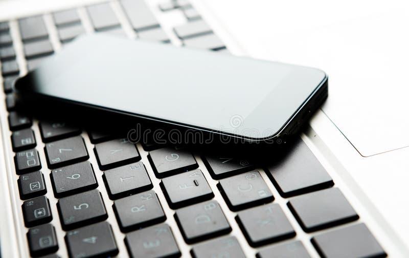Clavier avec le téléphone photos libres de droits