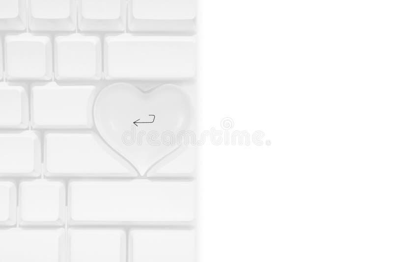 Clavier blanc d'ordinateur Apple avec une clé de retour de coeur d'amour photos libres de droits