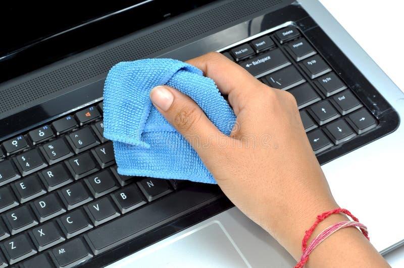 Clavier d'ordinateur portatif de nettoyage photo stock
