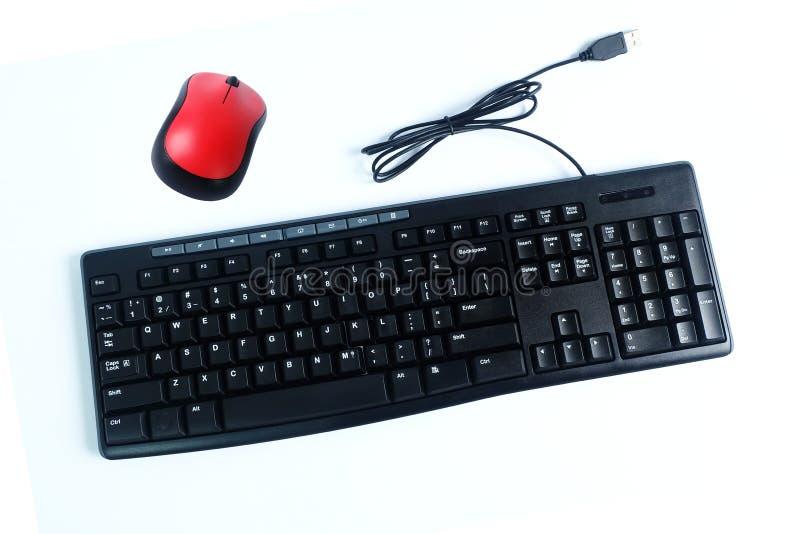 Clavier de câble et souris sans fil d'isolement sur le blanc, accessoires informatiques photographie stock libre de droits