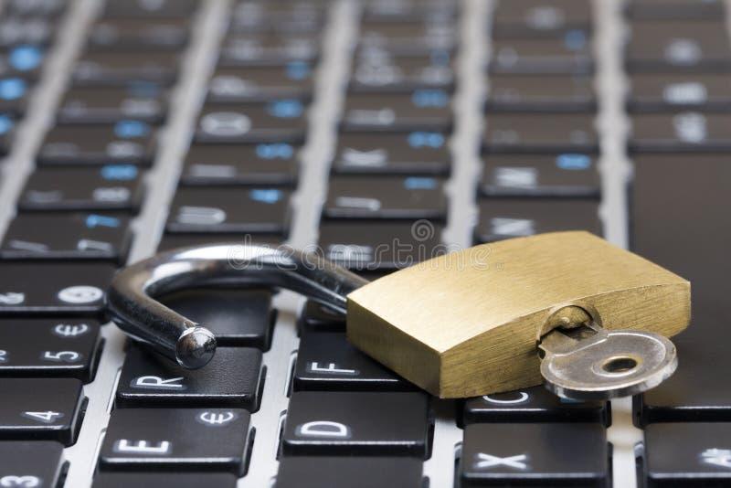Clavier de cadenas de concept de protection de l'ordinateur photographie stock libre de droits