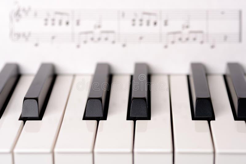 clavier de piano en gros plan la musique de feuille sur le. Black Bedroom Furniture Sets. Home Design Ideas