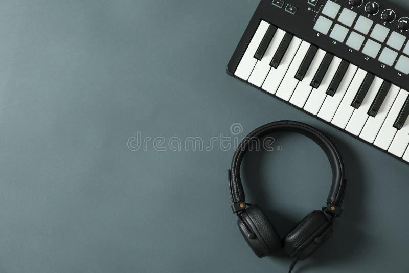 Clavier du Midi avec des écouteurs sur le fond foncé photographie stock libre de droits