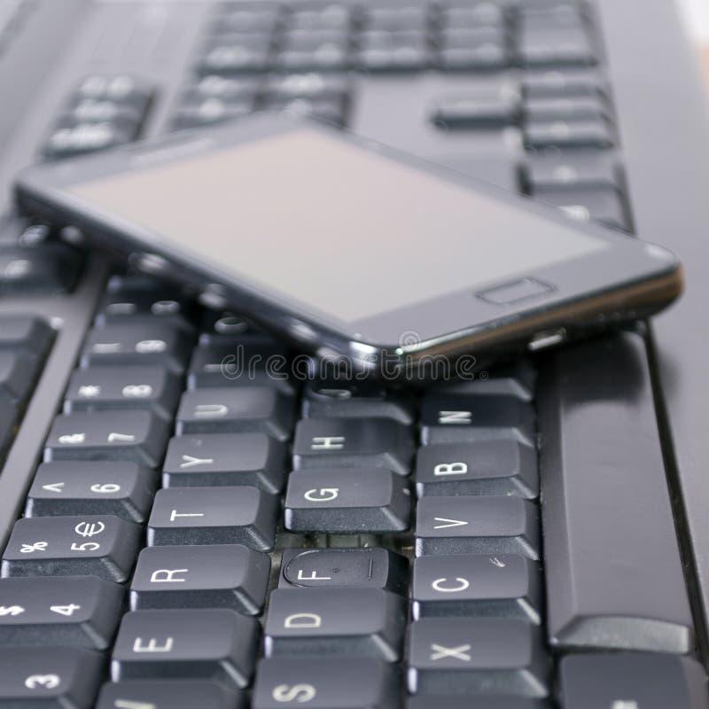 Clavier et téléphone portable photo stock