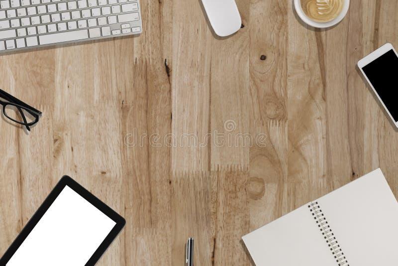 Download Clavier, Smartphone, Comprimé, Carnet Sur Le Bureau En Bois - Travaillant Photo stock - Image du workplace, clavier: 76090562
