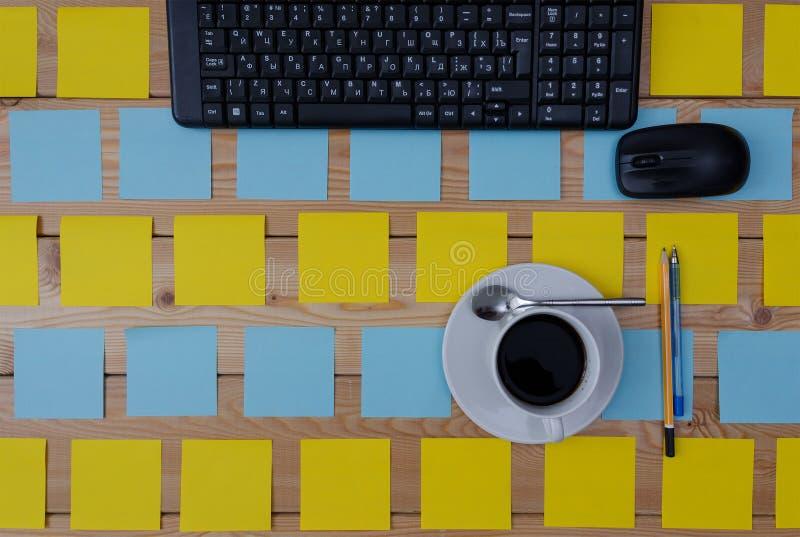 Clavier, tasse d'autocollants de café colorée et fournitures de bureau images libres de droits