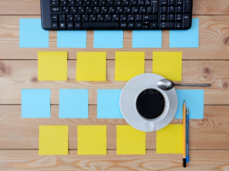 Clavier, tasse d'autocollants de café colorée et fournitures de bureau images stock