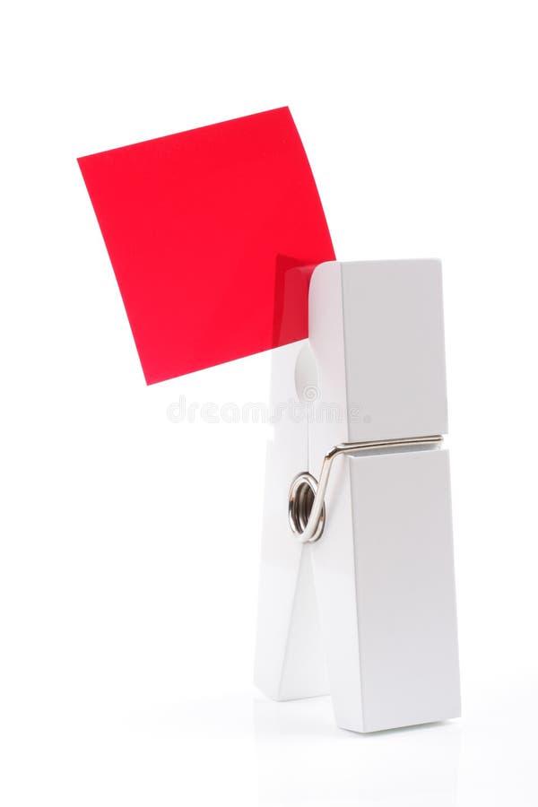 Clavija blanca aislada que lleva a cabo el cuadrado rojo imagen de archivo