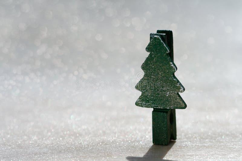 Clavija del árbol de navidad que se coloca en brillo imagenes de archivo