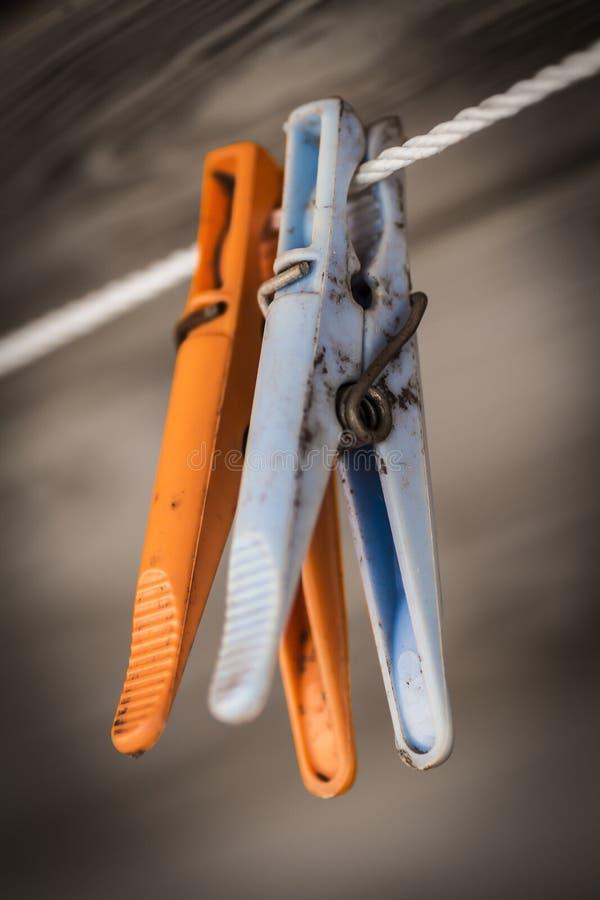 Clavijas de ropa coloreadas plástico foto de archivo