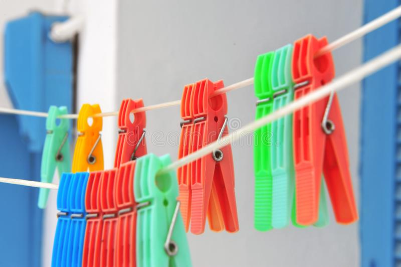 Clavijas de ropa coloridas colgantes en calle fotografía de archivo libre de regalías