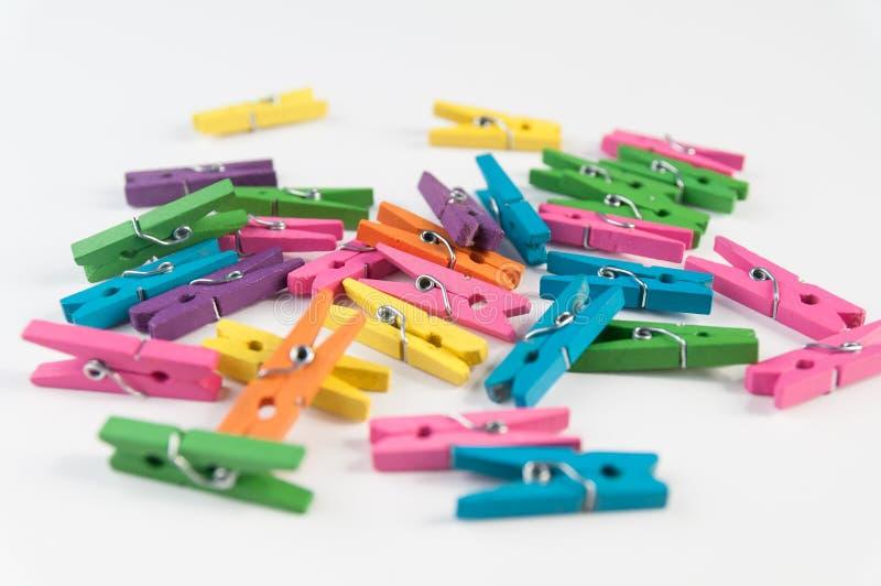 Clavijas de ropa del color foto de archivo libre de regalías