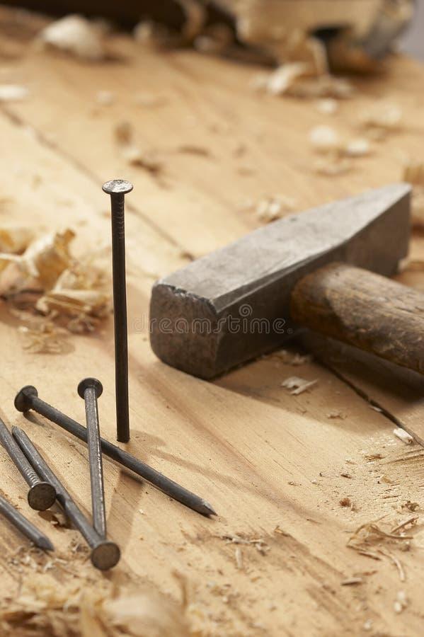 Clavo y martillo imagen de archivo libre de regalías