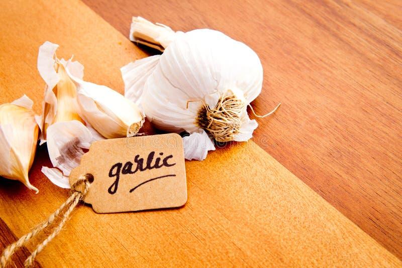 Clavos de ajo con la etiqueta foto de archivo libre de regalías