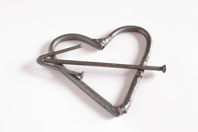 Clavos hechos a mano forjados del metal del corazón en un fondo blanco Rosa y corazón forjados Endecha plana, concepto mínimo de  stock de ilustración