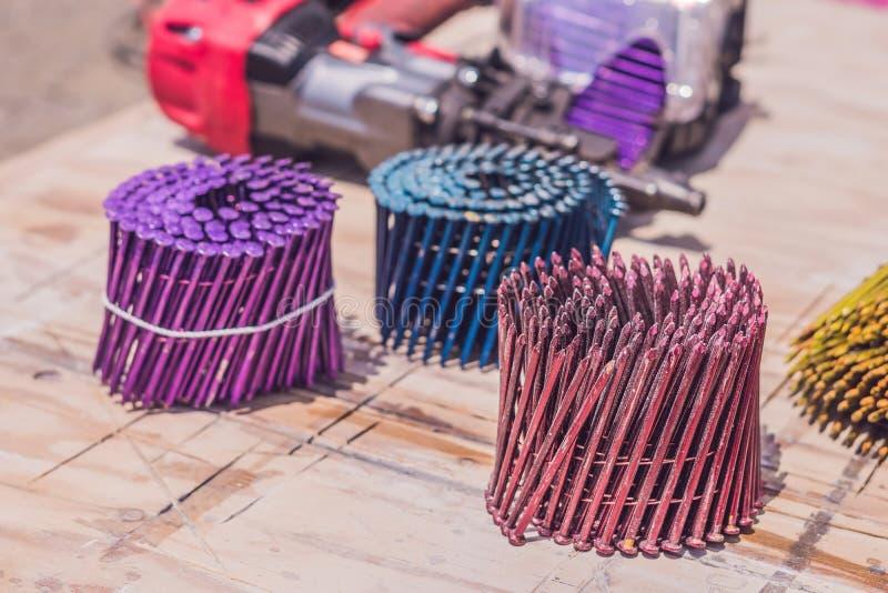 Clavos multicolores para el arma neumático del clavo imágenes de archivo libres de regalías