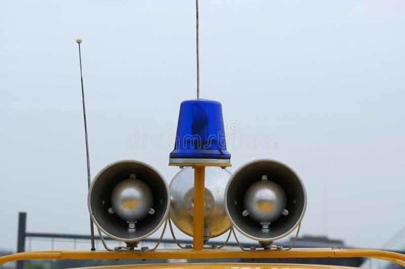 Claxones y altavoz azules claros de la emergencia foto de archivo