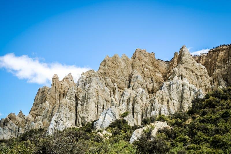 Clay Cliffs sind eine berühmte Anziehungskraft in Neuseeland Seine hohen Berggipfel werden durch schmale Schluchten getrennt E stockbilder