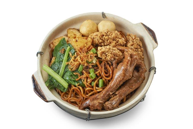 Clay Pot Chinese Mee met Gesmoorde Kip royalty-vrije stock afbeelding
