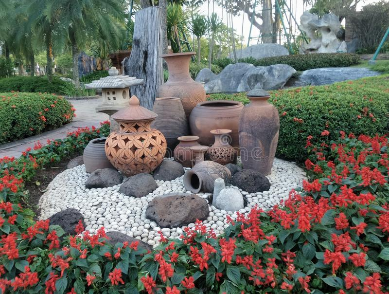 Clay pot garden decoration on white stone ground and red for Decoration jardin rouge