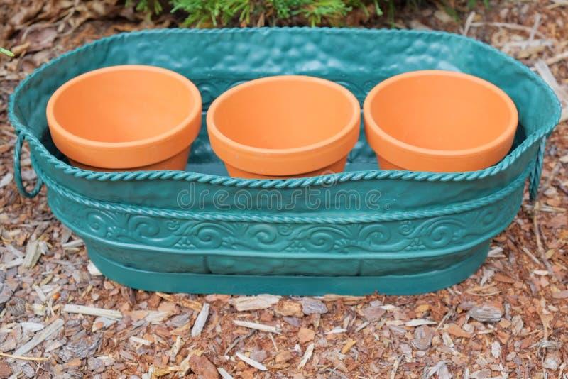 Clay Pots no recipiente do metal imagem de stock royalty free
