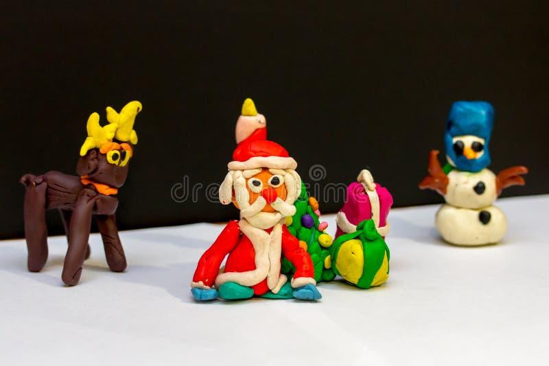 Clay Santa Claus en el círculo de sus amigos imagen de archivo