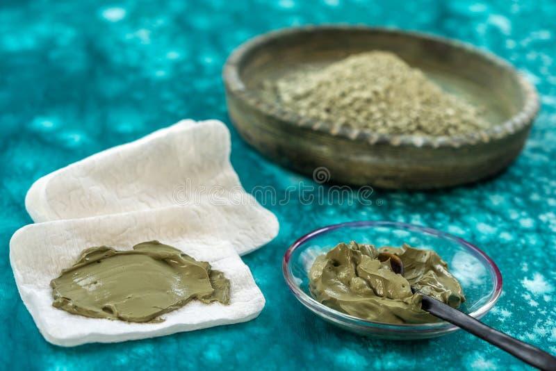 Clay Spa e concetto medico: Clay Poultice Use It per alleviare infiammazione, per l'ascesso, ciste, artrite, beneficio di Skincar immagine stock