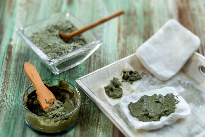 Clay Spa e concetto medico: Clay Poultice Use It per alleviare infiammazione, per l'ascesso, ciste, artrite, benefiton di Skincar immagini stock libere da diritti